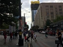 시애틀의 거리. 높은 빌딩. 우울한 저녁