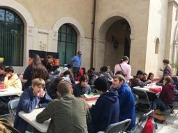 테이블 게임을 하는 관람객들.