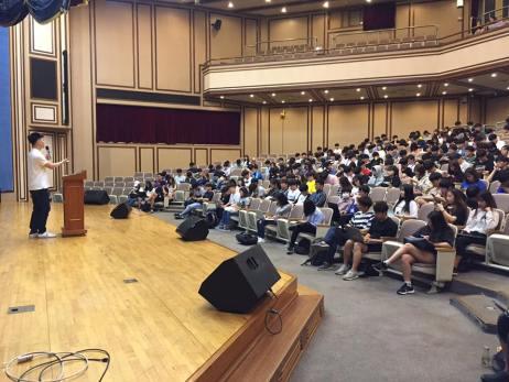 파워포인트 고장으로 발표자료를 휴대전화로 학생들에게 공유했다.
